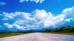 Blå himmel för väg Royaltyfri Foto