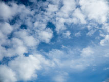 Blå himmel fördunklar bakgrund Arkivfoto