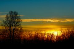 Blå himmel, härlig solnedgång arkivfoto