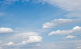 Blå himmel i vita moln Arkivbilder