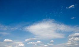 Blå himmel i vita moln Royaltyfria Foton