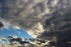 Blå himmel långt borta till och med stormgrå färg- och vitmolnen Arkivbild