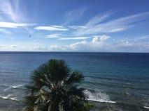 Blå himmel möter det blåa havet Fotografering för Bildbyråer