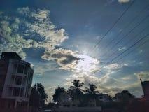 Blå himmel med bara moln Arkivbild