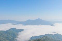 Blå himmel med den nordostliga chiangraien Thailand för doiphatang Arkivfoton