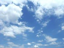 Blå himmel med det fluffiga vita molnet Royaltyfri Fotografi