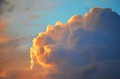 Blå himmel med det guld- molnet Arkivbild