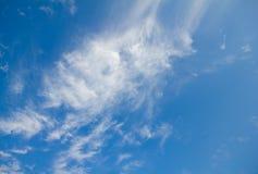 Blå himmel med det ljusa molnet Arkivfoto