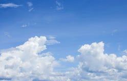 Blå himmel med det stora molnet som är härligt i natur Royaltyfria Foton