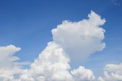 Blå himmel med det stora molnet som är härligt i natur Royaltyfri Fotografi