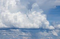 Blå himmel med det stora vita molnet och regnmolnet i natur Arkivbilder