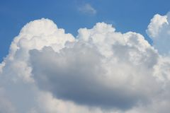 Blå himmel med det vit stor molnet och raincloud Arkivbilder