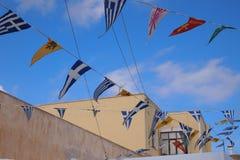 Blå himmel med flaggor och byggnad Fotografering för Bildbyråer