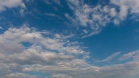 Blå himmel med flyg fördunklar, den yrkesmässiga forsen, inga fåglar, inget fladdrande stock video