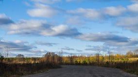 Blå himmel med grå färgmoln och vägen, 4k arkivfilmer