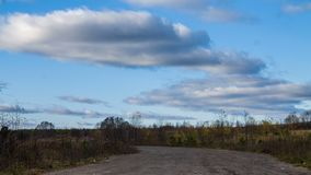 Blå himmel med grå färgmoln och vägen, 4k lager videofilmer