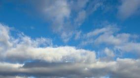 Blå himmel med gråa moln, 4k stock video