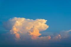 Blå himmel med guld- moln royaltyfri foto