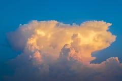 Blå himmel med guld- moln royaltyfri fotografi