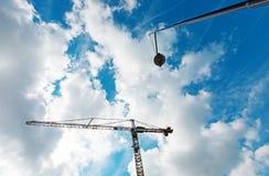Blå himmel med konstruktionskranen, ingen kropp Royaltyfria Bilder