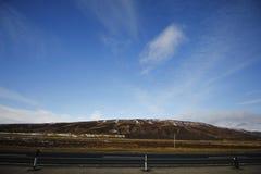 Blå himmel med kullen Royaltyfri Foto