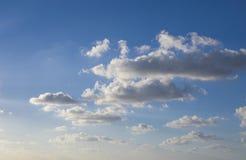Blå himmel med ljusa vita moln Arkivfoton