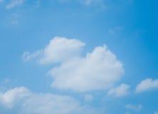 Blå himmel med lottmoln arkivbilder