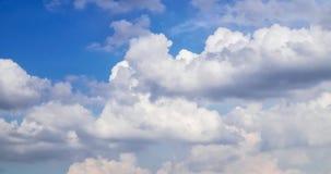 Blå himmel med många fördunklar Arkivfoton
