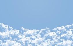 Blå himmel med många fördunklar Royaltyfria Bilder