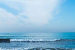 Blå himmel med moln över havet Arkivfoto