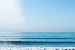 Blå himmel med moln över havet Royaltyfria Bilder