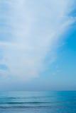 Blå himmel med moln över havet Arkivfoton