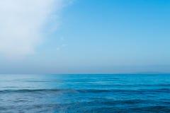 Blå himmel med moln över havet Royaltyfri Bild