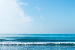 Blå himmel med moln över havet Royaltyfri Foto