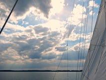 Blå himmel med moln över polska Mazury sjöar i sommar - sikt från fartygdäck i svartvitt royaltyfria foton