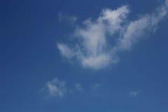 Blå himmel med moln, for bakgrunder eller texturer Arkivfoton