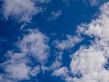 Blå himmel med moln, bakgrundsbegrepp Royaltyfria Foton