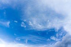 Blå himmel med moln för bakgrund Arkivfoto