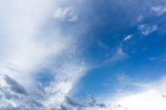 Blå himmel med moln för bakgrund Arkivbilder