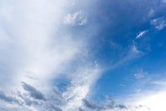 Blå himmel med moln för bakgrund Arkivfoton
