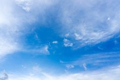 Blå himmel med moln för bakgrund Royaltyfri Fotografi