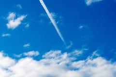 blå himmel med moln och nivåslingan Royaltyfria Foton