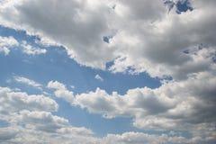 Blå himmel med moln på bakgrund för solig dag Arkivfoton