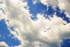 Blå himmel med moln på bakgrund för solig dag Royaltyfri Bild