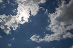 Blå himmel med moln på bakgrund för solig dag Royaltyfria Bilder