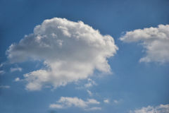 Blå himmel med moln på solig dag Arkivfoto