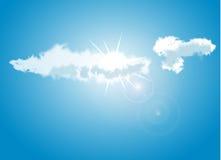 Blå himmel med moln som täcker solen Arkivfoton