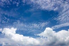blå himmel med moln, tappningbegrepp, mjuk fokus Royaltyfria Bilder