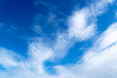 Blå himmel med molnatmosfär i härliga baksidan för morgon den så Arkivfoto
