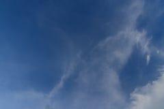 Blå himmel med molnbakgrund Arkivfoto